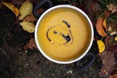 Nevím, která jiná zelenina může být ještě podzimnější. Podle mě dýně vyhrává na celé čáře. Svou barvou, chutí, vůní, když sepeče. Před pár lety přebujely u dědečka na zahradě dýně Hokaido a od té doby k nim mám srdečný vztah. Ale na polévku použijte zase tu vaši oblíbenou, já jsem tentokrát zkusila dýni máslovou, která byla zrovna doma, a výsledek byl lahodnost sama.