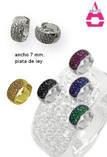 Pendientes de plata en forma de aro de tamaño pequeño - medio de la firma Arleys Jewelry. Con circonitas microengastadas en varios colores disponibles o bañados en oro. Exclusivos pendientes de plata.