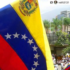 Foto de @veth3131 La calle nos encuentra con los mismos 3 colores a cuesta . #ccs #caracas #caminacaracas  Venezuela Libre ! #sosvenezuela #Nomasjovenescaidos #Nomasrepresión  #Venezuelaquierepaz  #elnacionalweb