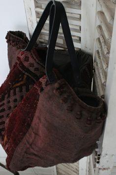 Hippie Bags, Boho Bags, Handmade Purses, Handmade Handbags, My Bags, Purses And Bags, Bohemian Style Clothing, Carpet Bag, Diy Handbag