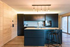Küchendesign in schwarzer MDF Platte und Wanderverkleidung in Weißtanne. Küchen Design, Table, Furniture, Home Decor, Kitchen Black, Decorating Kitchen, Black Man, Counter Top, Homemade Home Decor