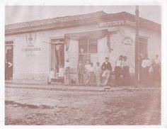 """Este negocio de don Hipólito Crespo, un prestigioso empresario español, estaba en la esquina diagonal al actual Museo Juan Santamaría, esquina norte. Propietario , empledos y marchantes posaron para la eternidad hace un siglo. Tomado de """"Álbum de Alajuela"""" de don Guillermo Villegas H."""