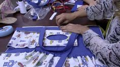 04/08/2015 – Porta treco de carro – Edileny Gomes PT2 Baby Sewing Projects, Sewing Tutorials, Craft Projects, Sewing Patterns, How To Fold Towels, Patchwork Baby, Vide Poche, Diy Purse, Sewing Pillows