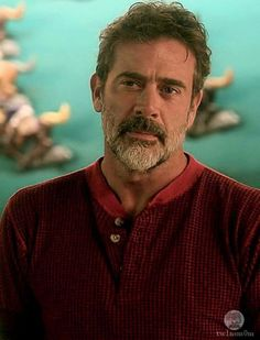 I would love to go out for a drink with this man- sounds like a good night! Hilarie Burton, Jeffrey Dean Morgan, John Winchester, Hot Actors, Actors & Actresses, Team Negan, Grey's Anatomy, The Walking Dead, Seattle