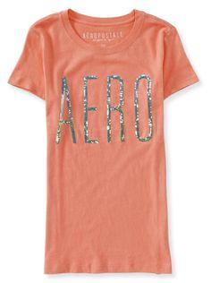 Esta linha deCamisetas da Aeropostalepossui várias cores e é um modelo bem característico da marca. Ela possui aplique super delicado com pequenas lantejoulas formando a palavraAEROem toda frente da camiseta. A cor salmãoé alegre e vibrante.A modelagem é ajustada, estilo baby look, tecido macio, confortável e com caimento perfeito no corpo.A Camiseta da Aeropostaleé uma peça indispensável no guarda roupas, pois são modernas, versáteis e combinam com tudo! Estacamisetaé original e…