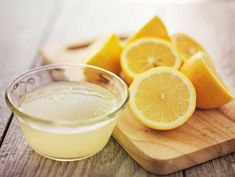 Here are some home remedies for dandruff using lemon juice. Use of lemon juice for dandruff is popular as it is a rich source of citric acid and helps eliminate dandruff from the roots. Dandruff Solutions, Home Remedies For Dandruff, Cold Remedies, Health Remedies, Getting Rid Of Dandruff, Lemon Diet, Lemon Water, Rose Water, Aloe Vera