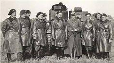 Oficerowie 10.Brygady Kawalerii Zmotoryzowanej przy czołgu Vickers. Foto. NAC.