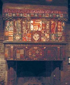 Château Féodal de Pontivy  La cheminée monumentale, haute de 5,50 mètres et large de plus de 3 mètres, est décorée, sculptée et peinte sur les trois faces de la hotte. Au centre se reconnaît le blason de la famille des Chohan, « d'argent au cerf passant, de gueule ». Elle est acquise par la ville de Pontivy en 1960 et appartenait au manoir de Coët-Candec, canton de Grand-Champ.