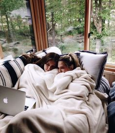 There's no one like your BFF! They will always have your back and get you through the good & the tough times. Here some cute phot ideas for that BFF goal! Bff Pics, Cute Friend Pictures, Cute Photos, Love Pics, Best Friends Forever, Shooting Photo Amis, Best Friend Fotos, Best Friend Pics, Foto Online