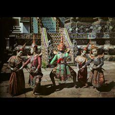W. Robert Moore, Siam, anni Trenta circa Un gruppo di danzatori rievoca alcuni episodi della vita di Phra Ruang fuori da un tempio.