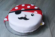 """Voici la recette du gâteau damier chocolat vanille, recouvert de pâte à sucre sur le thème """"pirate"""" pour l'anniversaire d'un petit garçon."""