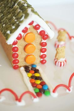 Here& the easiest way to construct gingerbread houses for the kids this holiday – make them with Honey Maid graham crackers! Diy Christmas Crackers, Christmas Favors, Christmas Desserts, Christmas Treats, Christmas Baking, Christmas Fun, Holiday Fun, Christmas Decorations, Graham Cracker Gingerbread House