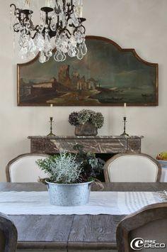 Composition de plantes réalisée par Anthony Adam de la boutique 'Gabrielle Feuillard' à Bellême et tableau chiné au 'Marché Biron' des Puces de Saint-Ouen dans la maison d'hôtes 'Hôtel de Suhard'