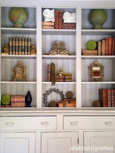 All About Vignettes: Styling a Bookcasehttp://allaboutvignettes.blogspot.com/2011/02/styling-bookcase.html