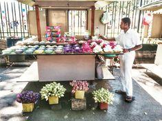 """Vendedor de Flores en la entrada del Templo del Diente. En nuestro #Articulo """"Kandy y el diente en el templo"""" relatamos nuestra visita a un sagrado #templo #budista donde guardan una gran #reliquia del #Budismo. #Religión #SriLanka #Asia #Buddhism #SudesteAsiático #Kandy #FloresDeLoto #LotusFlower"""