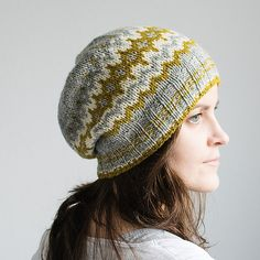 Winter´s Fern is worked from bottom-up in the round, with a striped brim for a sporty look and some colorwork at the body. Instructions come for three sizes and for a Beanie and a Slouchy version.