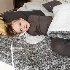 Couverture Panpan Oursin blanc MOUMOUT. Couverture en mousseline de coton certifié Oeko-Tex. Idéale pour la chambre de bébé. Couverture, futon, plaid, édredon pour enfant. Linge de maison homewear Moumout l www.little-home.fr