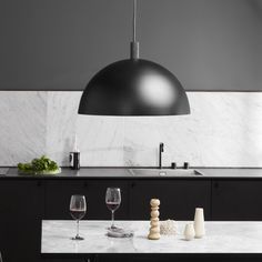 Large black lamp in the kitchen with white marble – Marble Table Designs Scandinavian Lighting, Scandinavian Interior Design, Home Interior, Scandinavian Style, Round Marble Table, Studio Lamp, Nordic Living, Dark Furniture, Dining Lighting
