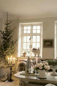 pretty white christmas decor.  via@Dawn Edmonson