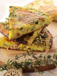 Tortilla au thon et aux herbes - Veggie Recipes, Diet Recipes, Vegetarian Recipes, Snack Recipes, Cooking Cookies, I Foods, Entrees, Healthy Snacks, Food Porn