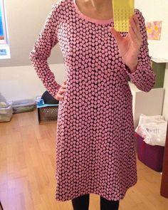 mein Tagwerk für heute ist vollbracht, Kleid Nummer 3 nach @rosa_und_das_einfache_leben aus dem schönen Buch #einschnittvierstyles #einschnitt4styles aus Jersey von @allesfuerselbermacher , rosa Tropfen auf schwarzem Grund  Der Schnitt ist einfach toll!!!! #nähenisttoll #nähen #nähenmachtglücklich #nähenistliebe #nähenistwiezaubernkönnen #nähenistmeinyoga #sew #sewing #handmade #handgemacht #selfmade #selbstgemacht #rosa #rosap #tropfen #drops #jersey #kleid #dress #lieblingsschnitt
