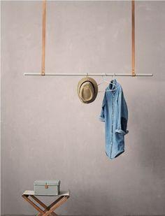 Tolle Idee! Garderobenstange die von der Decke hängt. Die schlichte Garderobenstange aus Metall wird von schönen Lederriemen gehalten.