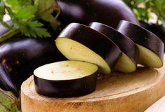 L'aubergine vous aide à réduire la graisse abdominale. «L'aubergine est très faible en calories, ce qui en fait un aliment efficace pour mincir et réduire la graisse abdominale rapidement.»