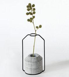 Weight / Modell D: L 13 cm x H 22 cm   Spécimen Editions   Vase