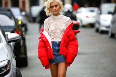 Veder correre it girl, addette ai lavori e fashion influencerda una sfilata all'altra è come assistere a unapasserella all'aperto. C'è chi sfoggia loo