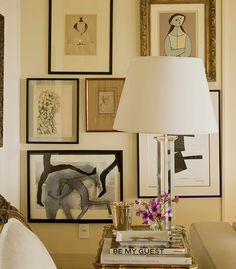 Projeto residencial de David Bastos. Livros e quadros decorativos.