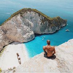 Navagio Beach a praia mais incrível da Grécia 🇬🇷👊 Foto: @doyoutravel  Acesse o site e descubra novos destinos!  www.guiaviajarmelhor.com  #guiaviajarmelhor #viajarmelhor #amoviajar #viajarfazbem #destinos #dicasdeviagem #melhoresdestinos #destinosimperdiveis #fantrip #queroviajarmais #viagem #turistando #turismo #trippics #videos