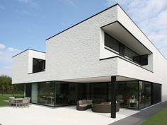 Deze moderne L-woning baadt in het licht • www.nano-architecten.be (nieuwbouw • baksteen • plat dak • terras)