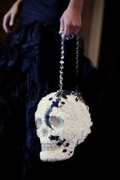 Halloween is close and dramatic weddings just can't be more popular than now. If you've chosen Halloween theme but don't want to go for all those red and black vampire and Addams-inspired things, try soft Gothic! Soft Gothic...