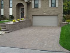 A retaining wall with a matching driveway Retaining Wall Patio, Retaining Wall Construction, Landscaping Retaining Walls, Driveway Landscaping, Landscaping With Rocks, Landscaping Ideas, Driveway Design, Outdoor Living, Outdoor Decor