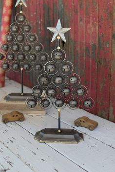 Add a rustic merriment to your seasonal decor. The jingle bells stack up to create delightful Christmas tree shapes topped by a beautiful star. Add a homey sort of ornate cheer to your holiday this year. Pallet Christmas, Christmas Post, Christmas Bells, Country Christmas, Christmas Crafts, Christmas Trees, Horseshoe Christmas Tree, Danish Christmas, Xmas