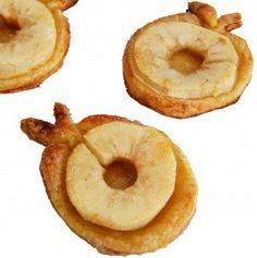 ~Bladerdeeg-appeltjes van Leuk Idee: Schil de appels, snij in totaal 10 plakken, leg op ontdooide bladerdeeg en snij een rondje uit: ongeveer een 1/2 cm groter. Met de restjes van het bladerdeeg kun je versiering maken, zoals het stokje en blaadje. Klop het eitje, bestrijk de taartjes dun en bestrooi met een beetje rietsuiker. Circa 25 minuutjes in oven van 200 graden. Klaar! Ook leuk als traktatie op school-bso of dagverbijf~
