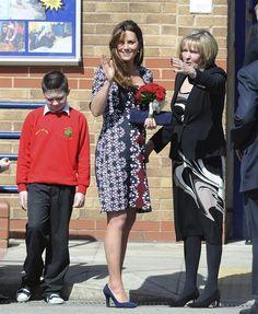 Grávida, a duquesa de Cambridge, Kate Middleton, visita uma escola primária em Manchester, Reino Unido - http://revistaepoca.globo.com//Sociedade/fotos/2013/04/fotos-do-dia-23-de-abril-de-2013.html (Foto: EFE/PETER POWELL)