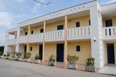 i due appartamenti centrali sono duplex Garage Doors, Patio, Outdoor Decor, Home Decor, Terrace, Interior Design, Home Interiors, Decoration Home, Carriage Doors