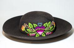 Sombrero mod. /corazón = flor/ #ArteTextilPeruano #SomosLibres #BordadoAyacuchano