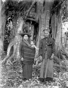 Pa Sendi, Sibajak van Lingga, met zijn vrouw en kind in de Karolanden, Noord-Sumatra 1914 - 1919 Dutch East Indies, Wikimedia Commons, Old Photos, Worlds Largest, The Past, Culture, History, Photography, Art