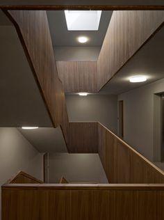 Vom Treppenhaus aus werden auf jedem der drei Wohngeschosse vier Wohnungen erschlossen