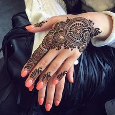 You've got an ocean of henna designs before you, and you can grab your most favorite one. Though it is a small body part, a henna on it looks simple yet elegant. Among all wrist tattoos, henna flower are believed to be the most well-known ones. Henna Hand Designs, Henna Flower Designs, Mehndi Designs Finger, Mehndi Designs 2018, Stylish Mehndi Designs, Mehndi Design Photos, Mehndi Designs For Fingers, Mehndi Designs For Girls, Beautiful Henna Designs