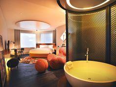 dormitorio elegante y confortable en naumi hotel