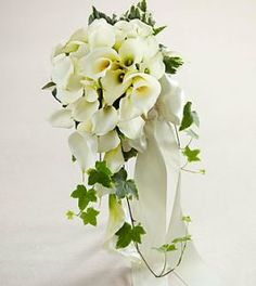 A pure white calla lily cascade bouquet but without the green leaves. Calla Lily Bridal Bouquet, Bride Bouquets, Flower Bouquet Wedding, Hand Bouquet, Trailing Bouquet, Cascade Bouquet, Cascading Bouquets, Looks Chic, Marie