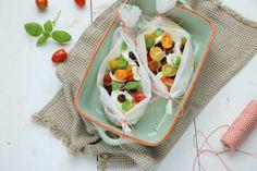 Met de kabeljauw uit de oven Jamie Oliver style maak je heerlijke vispakketjes met tomaat, mozzarella en olijven die je kunt ze aanpassen per persoon.