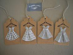 4 étiquettes kraft, robes enfant papier, camaïeu de gris et blanc, pliage origami