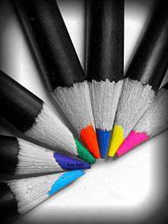 Photographie noir et blanc avec la couleur sélective, main photos noir et blancs couleur, photos de crayon de couleur, décor de pièce d'artisanat, art en classe
