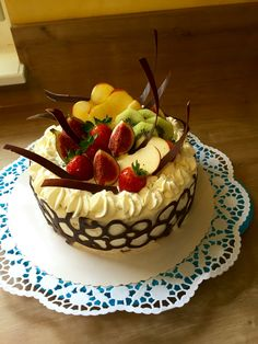 Peccato di gola!!  Deko  mit temperierte Schokolade  Obst Torte mal anderst 😋  Torta alla Frutta un'alternativa Fondant, Desserts, Food, Fruit, Birthday, Bakken, Deco, Tailgate Desserts, Deserts