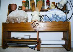 """En este caso unas estanterías, hechas con madera de palet, con más ganas que conocimiento (en aquella época estaba empezando en el noble arte de hacer serrín y virutas). La """"particularidad"""" de estas estanterías es que no tienen ni clavos ni tornillos. Las clavijas son de la misma madera que la estantería y está encolado con cola vinílica."""