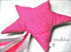 doudou étoile filante Blog Couture, Creation Couture, Sewing Projects For Kids, Sewing Crafts, Tooth Fairy Pillow, Pillow Cover Design, Fuchsia, Pink, Couture Sewing